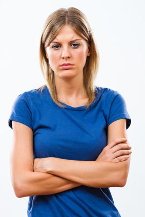 mujer joven preocupada